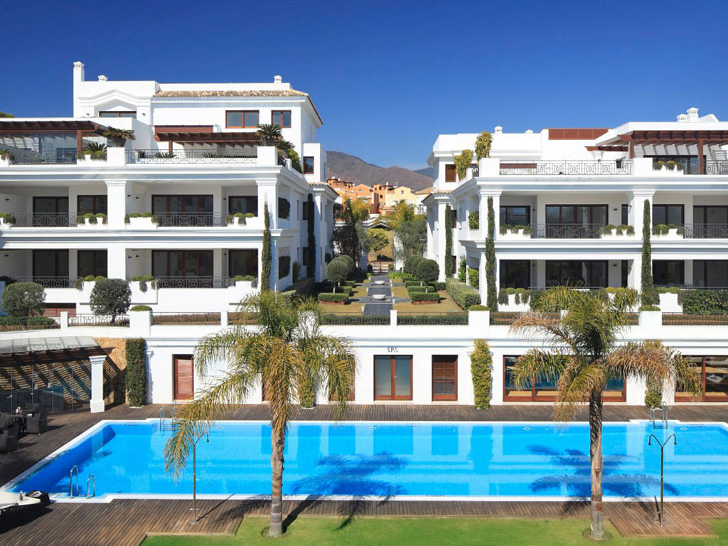 High standing apartments on the first line to the beach in Estepona